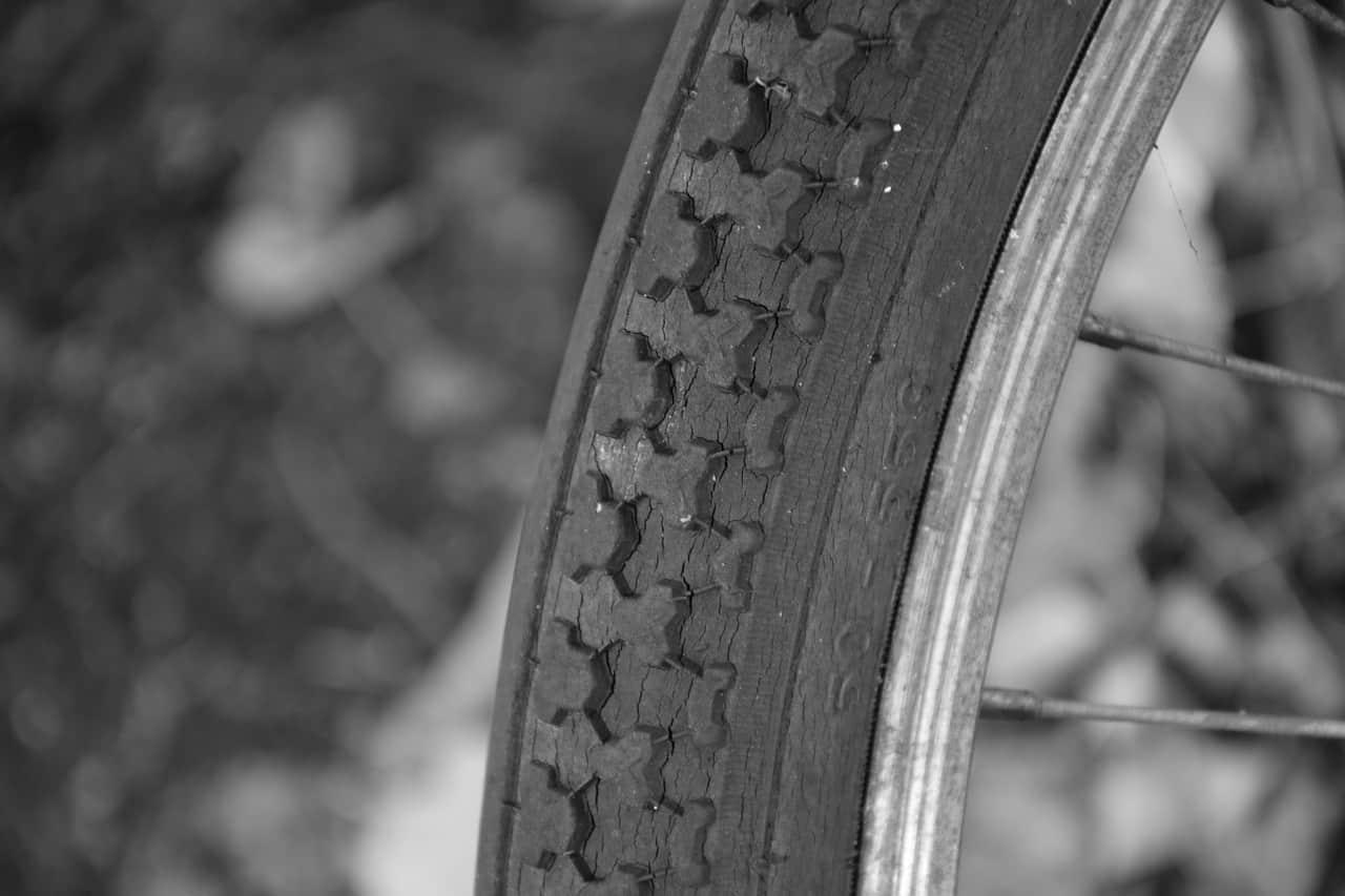 Gammalt cykeldäck med torrsprickor